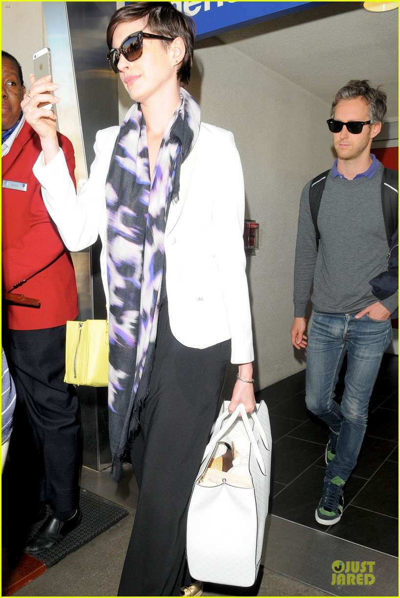 anne hathaway records at lax airport 13