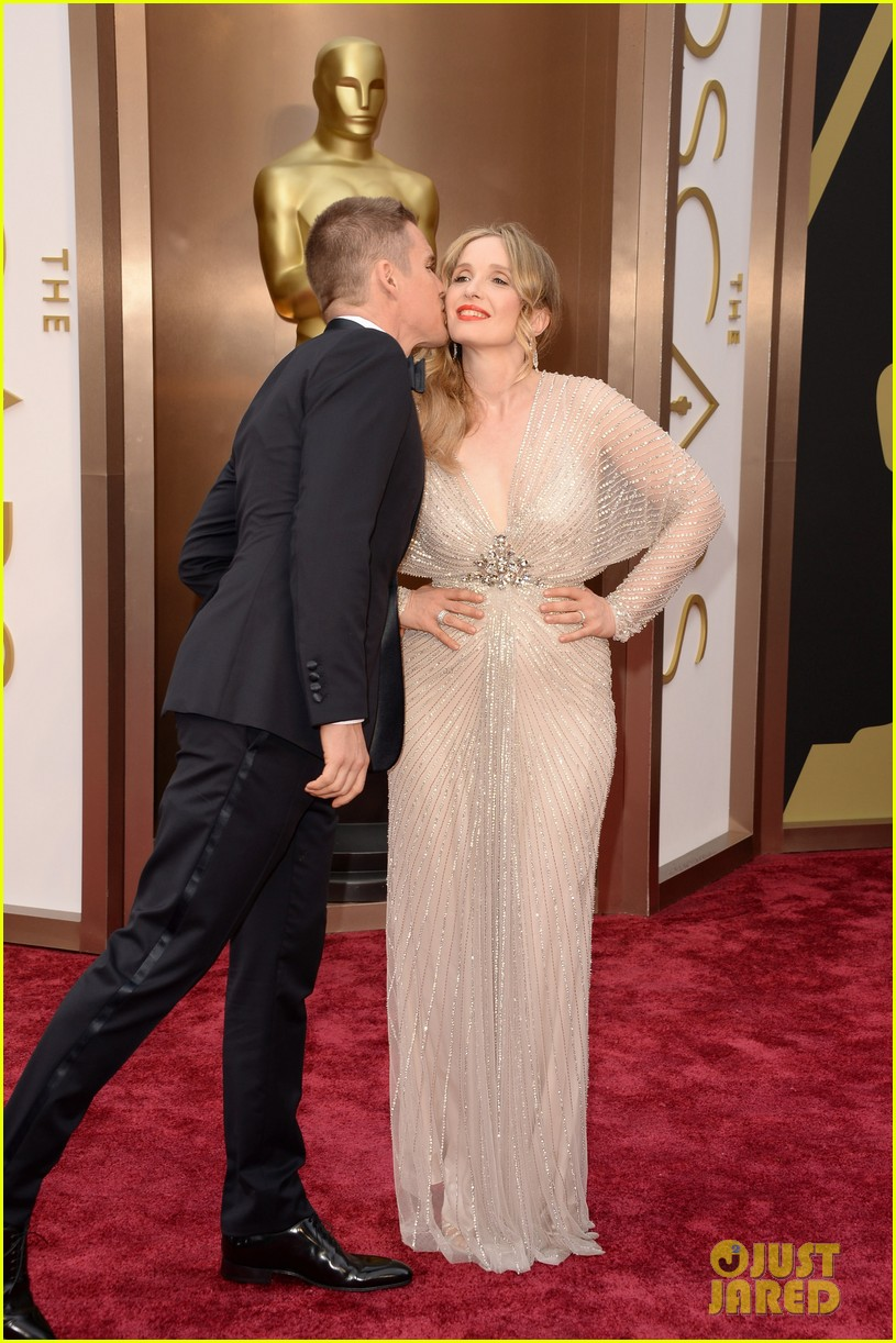 ethan hawke plants a kiss on julie delpy on oscars 2014 red carpet 013064064