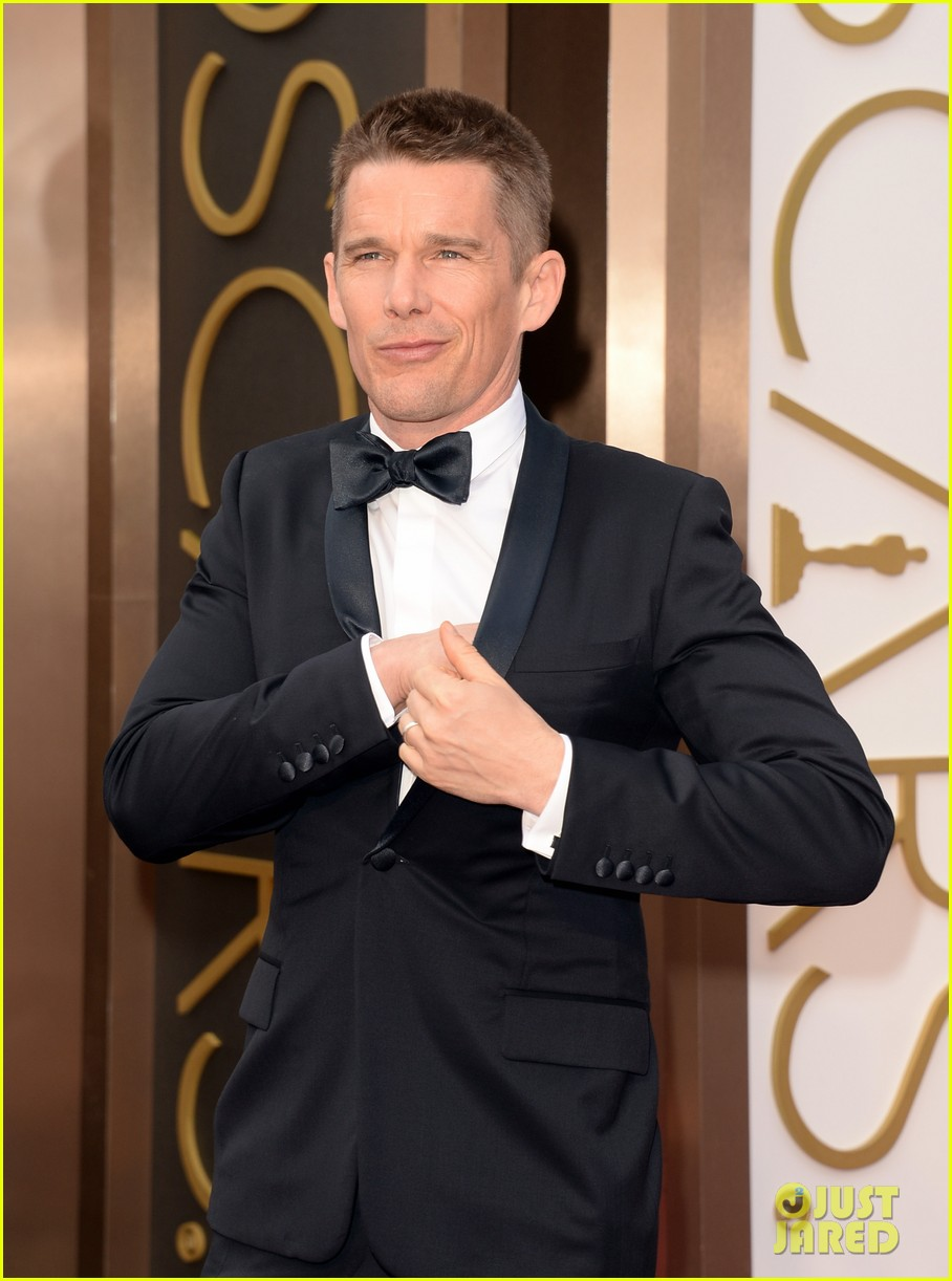 ethan hawke plants a kiss on julie delpy on oscars 2014 red carpet 043064067