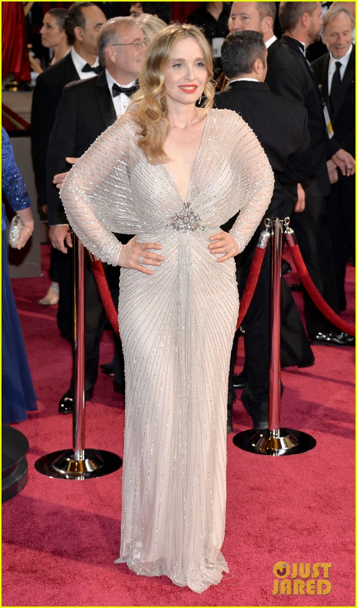 ethan hawke plants a kiss on julie delpy on oscars 2014 red carpet 04a3064068
