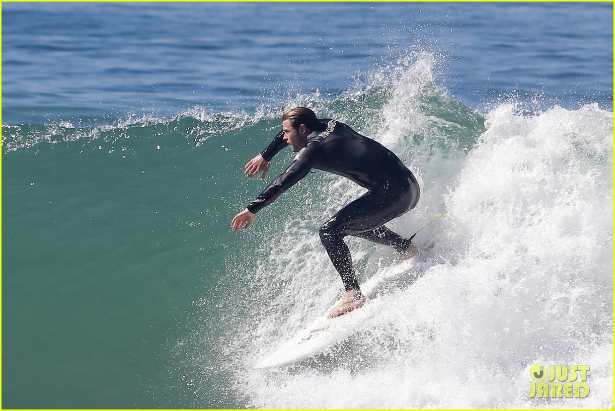 chris hemsworth makes us swoon while surfing in his tight wetsuit 043068872