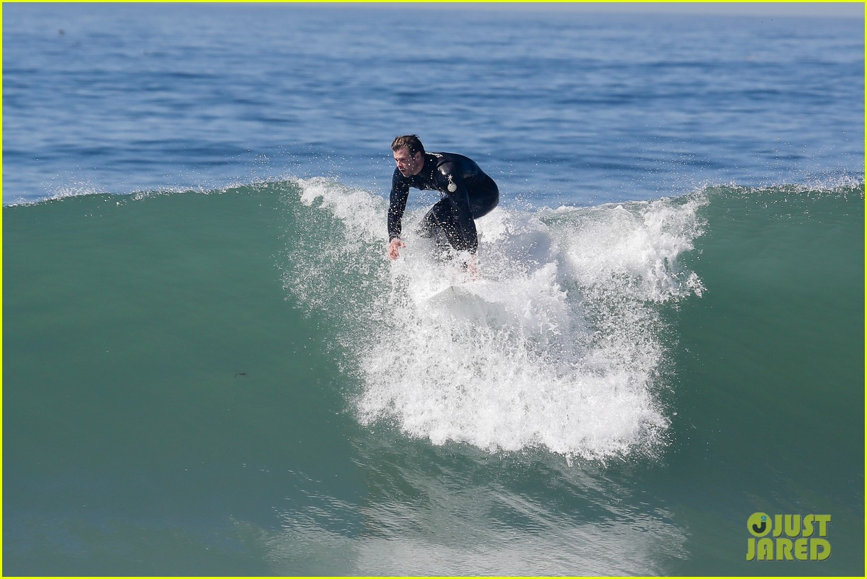 chris hemsworth makes us swoon while surfing in his tight wetsuit 093068877