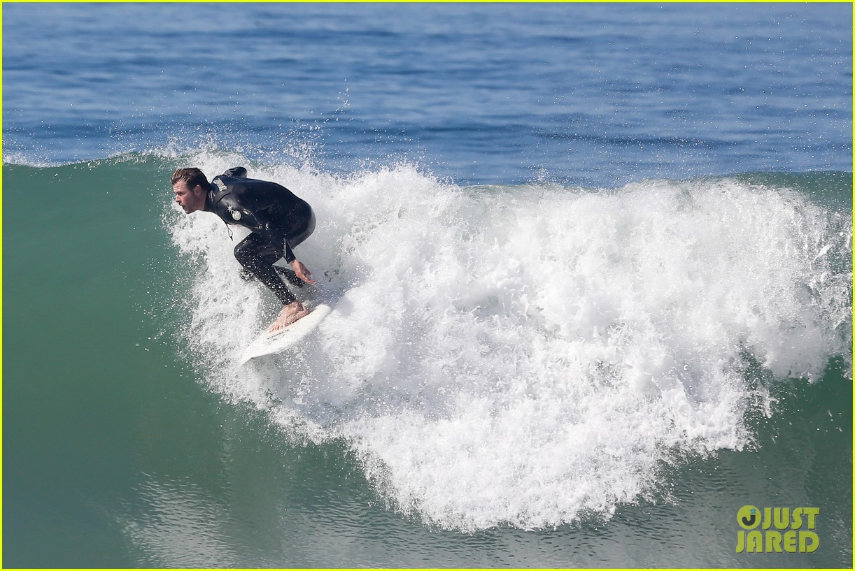 chris hemsworth makes us swoon while surfing in his tight wetsuit 103068878