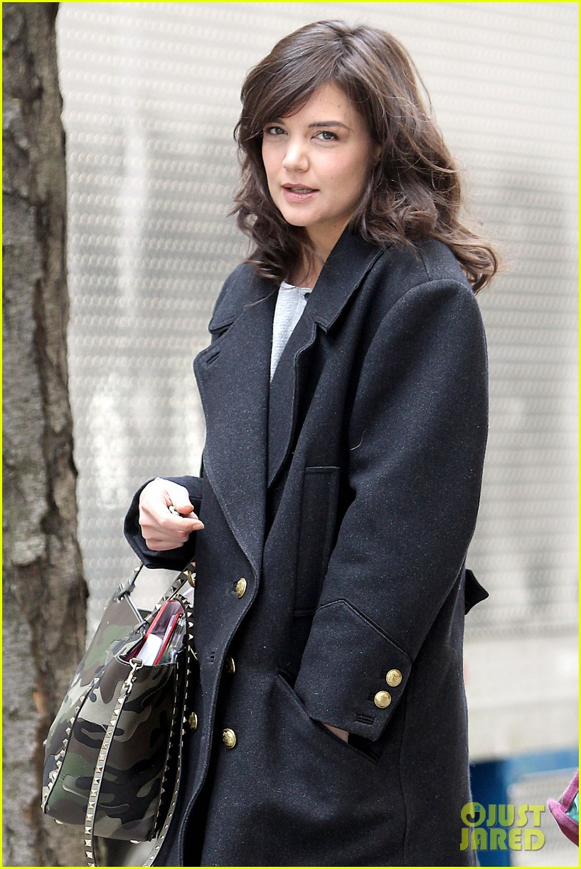 katie holmes prepares for her return to television on set 013079851
