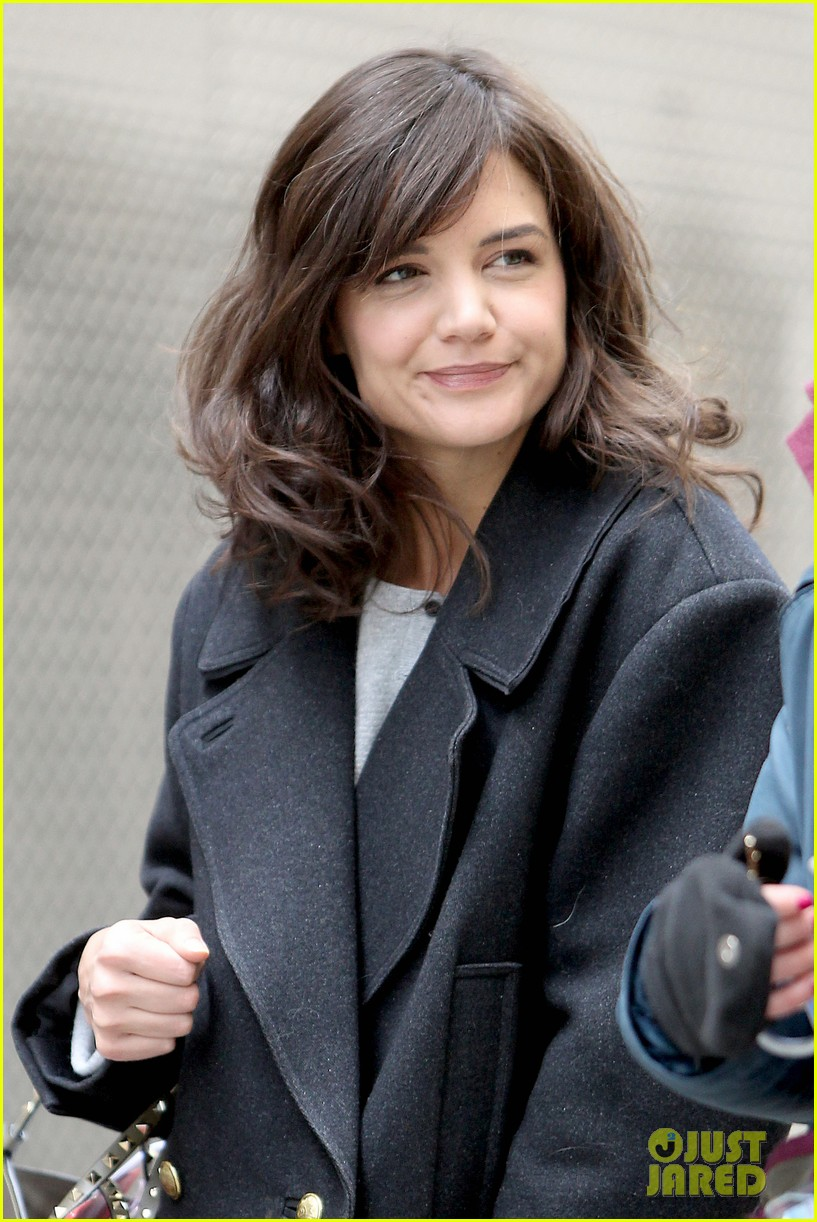 katie holmes prepares for her return to television on set 093079859