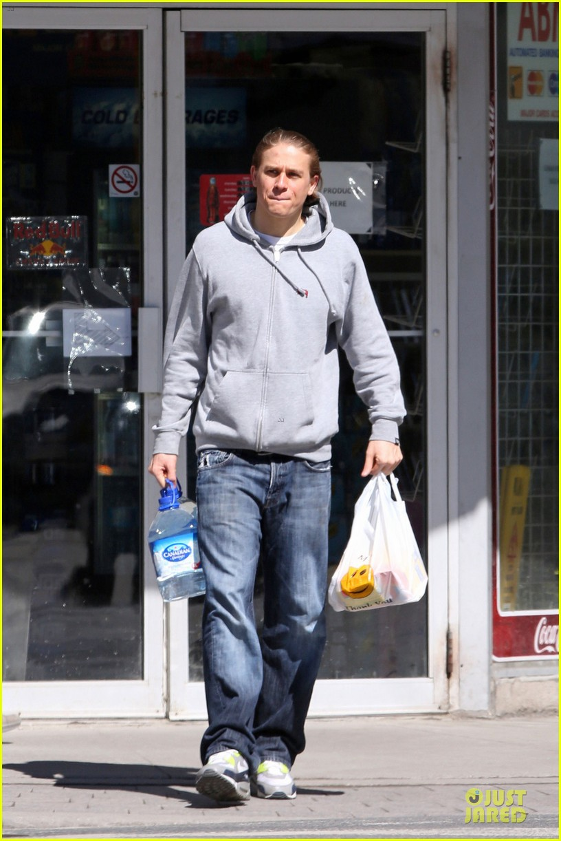 charlie hunnam without trademark scruff 013081980
