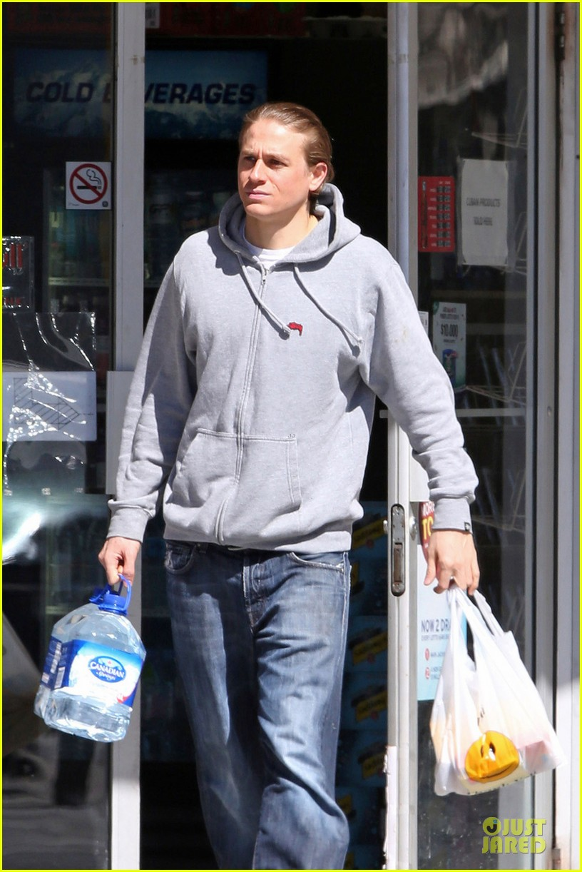 charlie hunnam without trademark scruff 023081981