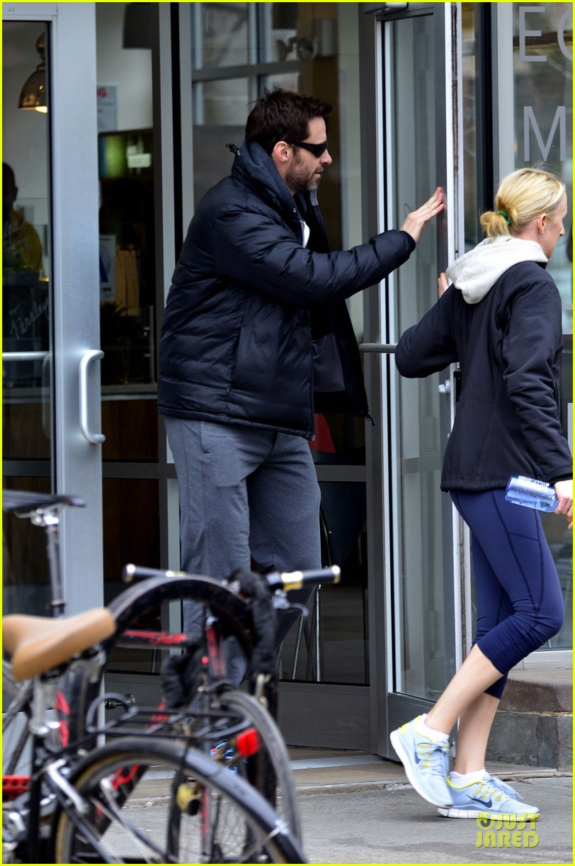 hugh jackman gives a sweet kiss to deborra 013068408