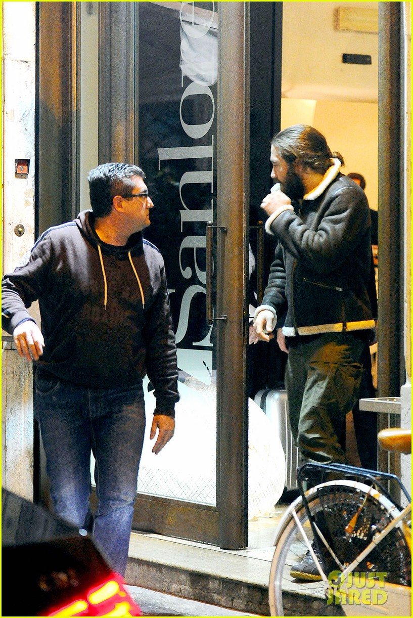 jake gyllenhaal dines out with mystery gal in rome 033067869