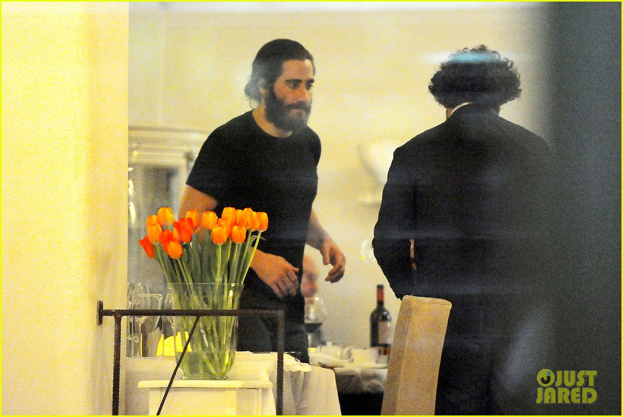jake gyllenhaal dines out with mystery gal in rome 103067876