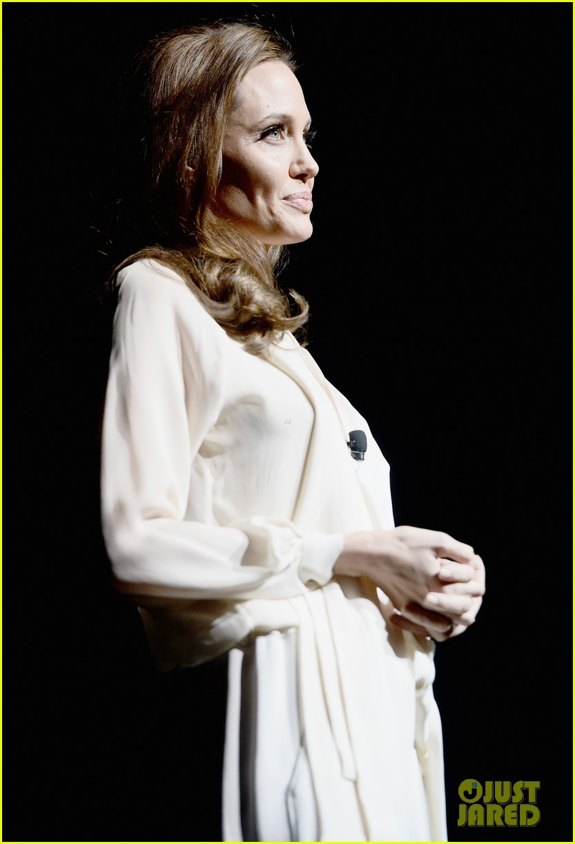 angelina jolie vision in white at cinema con 023078430