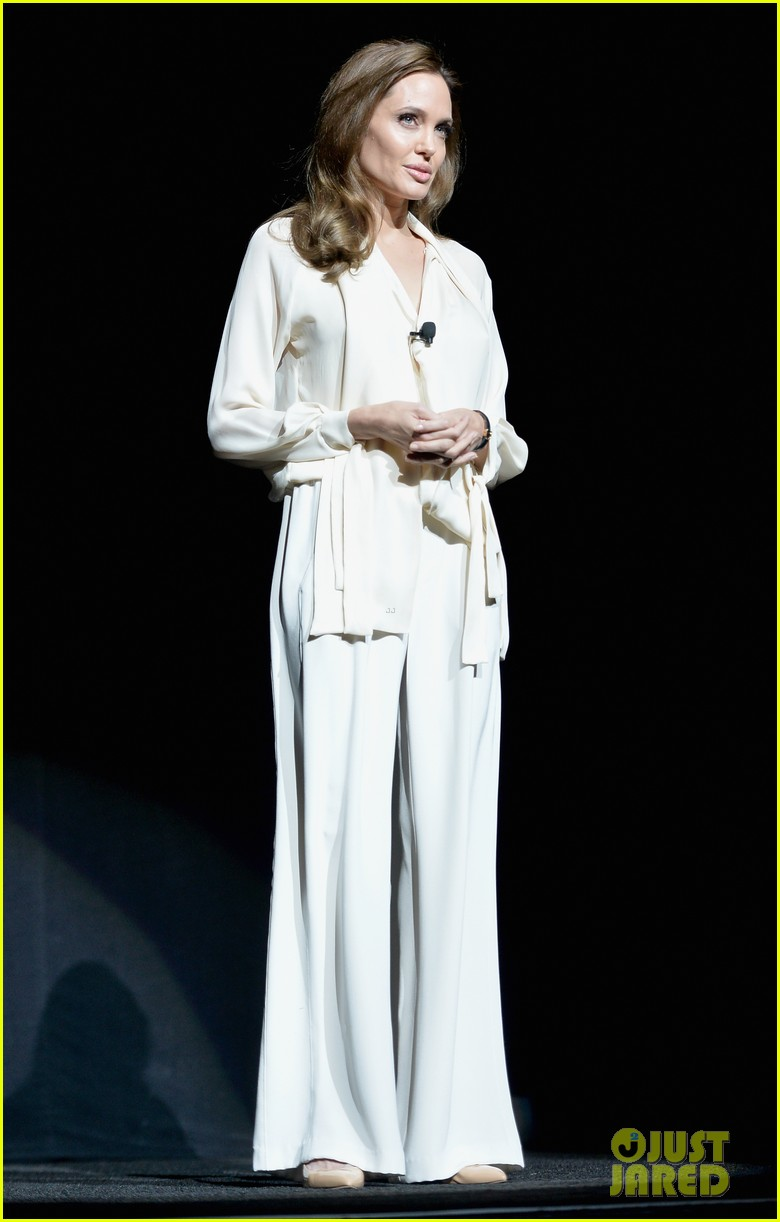 angelina jolie vision in white at cinema con 033078431
