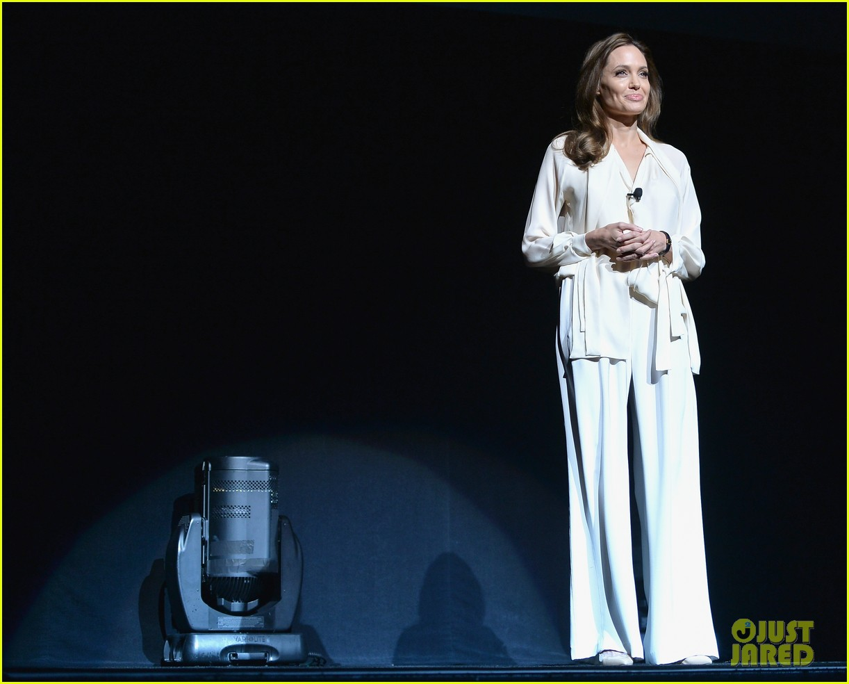 angelina jolie vision in white at cinema con 04