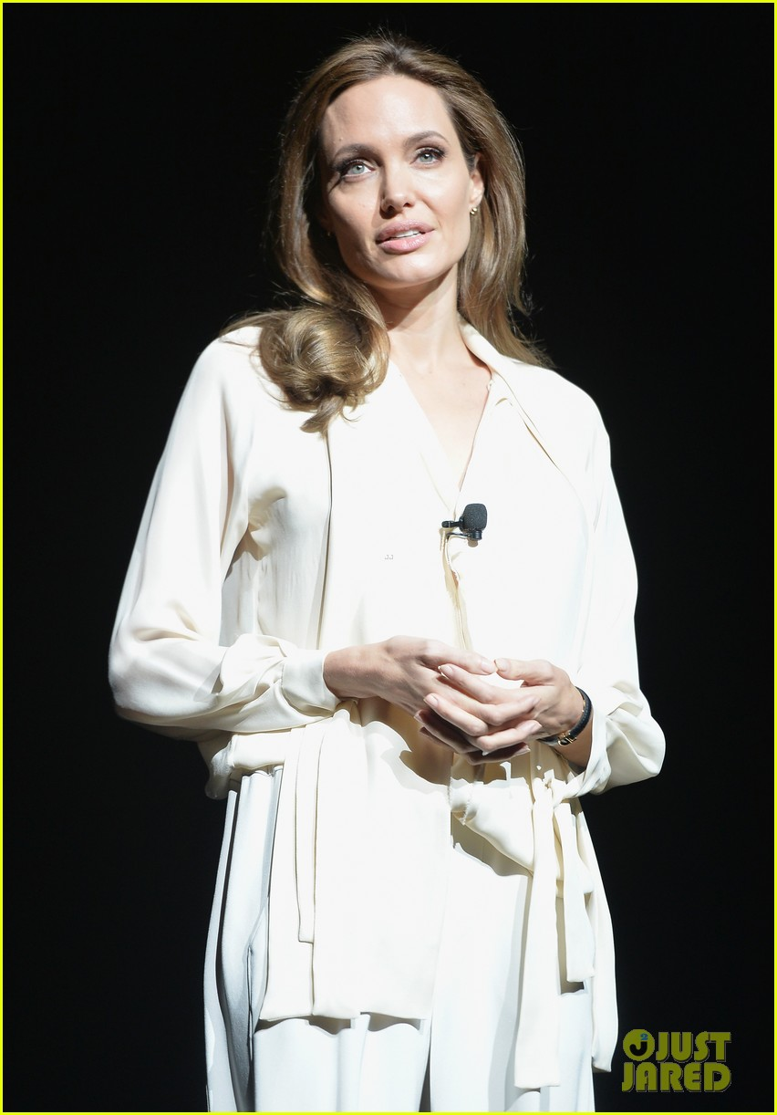 angelina jolie vision in white at cinema con 053078433