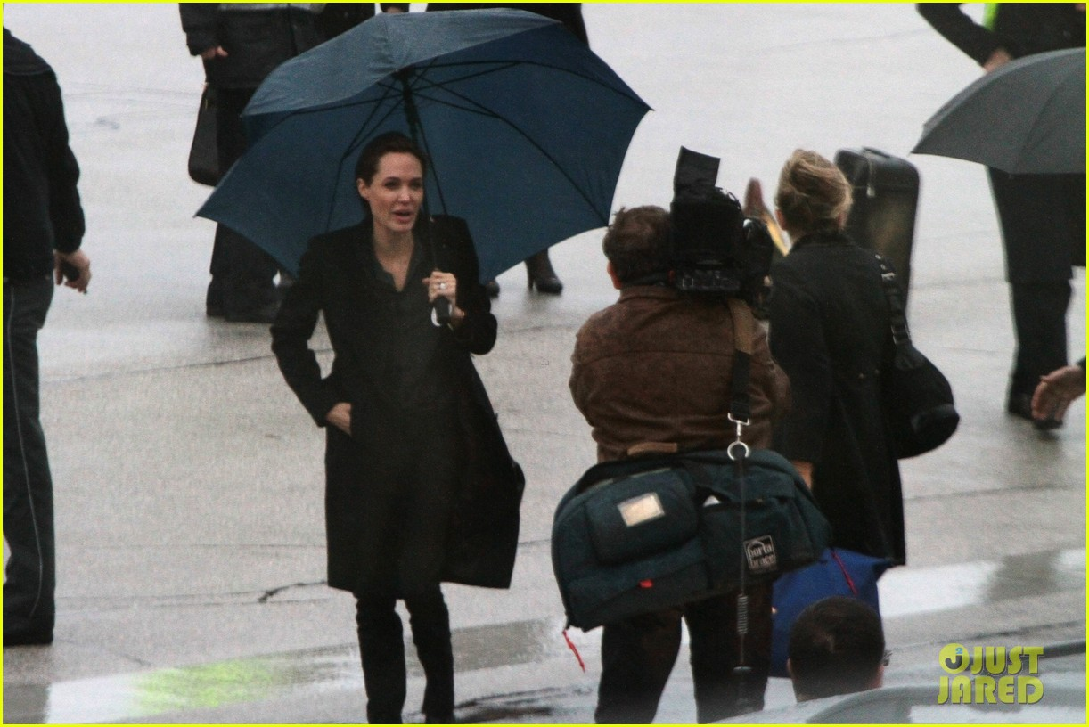 angelina jolie lands in rainy sarejevo with william hague 043079829