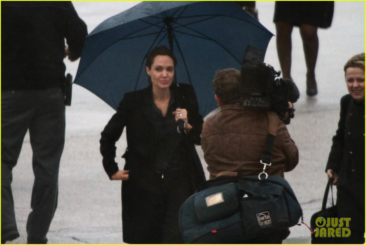 angelina jolie lands in rainy sarejevo with william hague 053079830