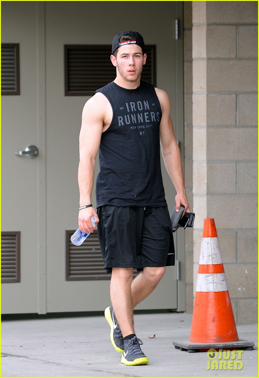 nick jonas flashes his massive biceps at the gym 013065785