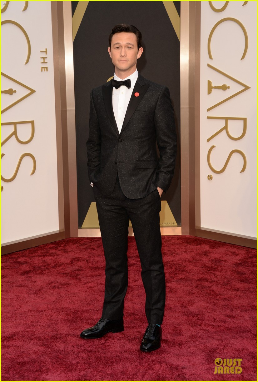 joseph gordon levitt sports red pinback button on oscars 2014 red carpet 013063803