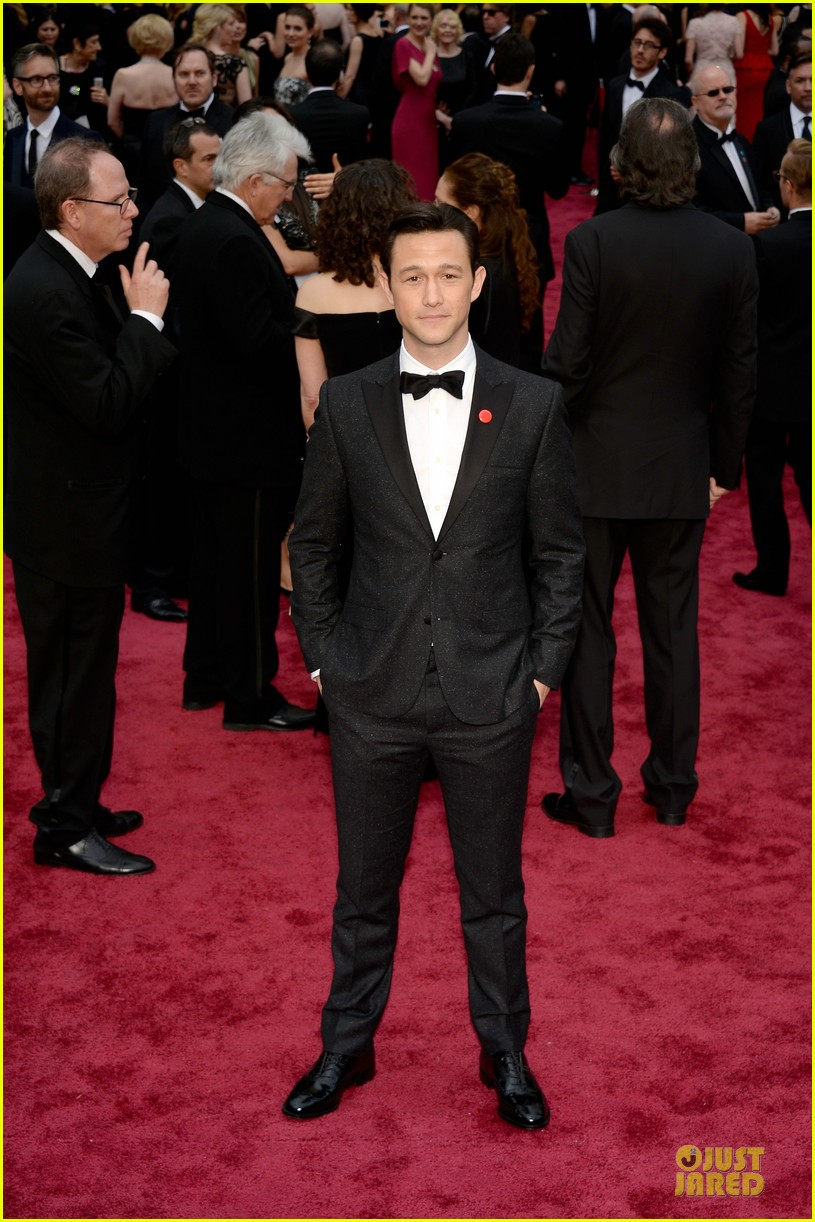 joseph gordon levitt sports red pinback button on oscars 2014 red carpet 033063805
