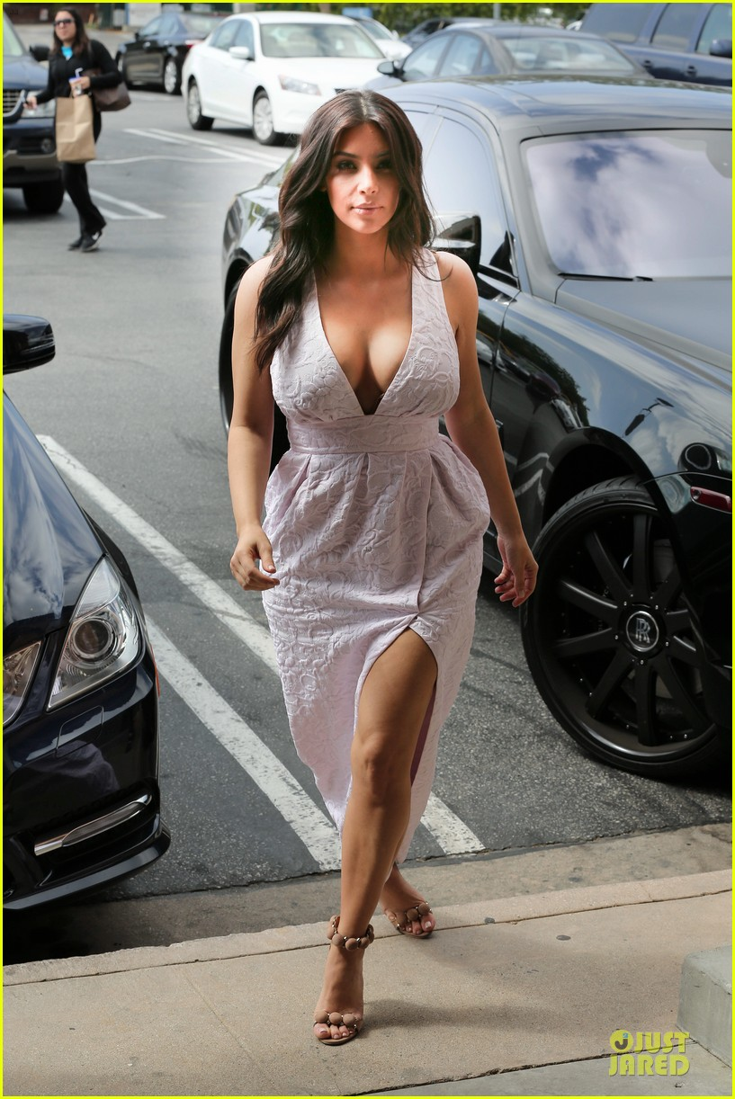 kim kardashian cameras flashing with legs 03