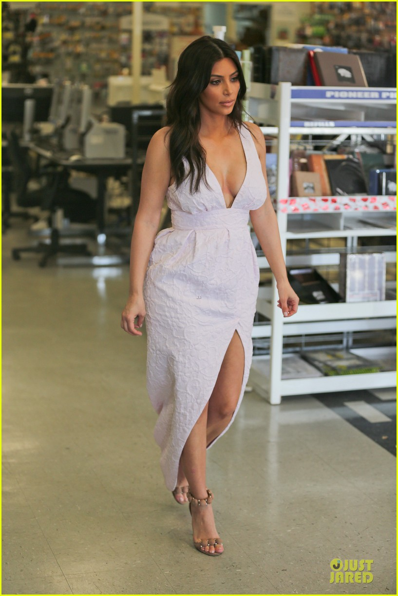 kim kardashian cameras flashing with legs 133076208