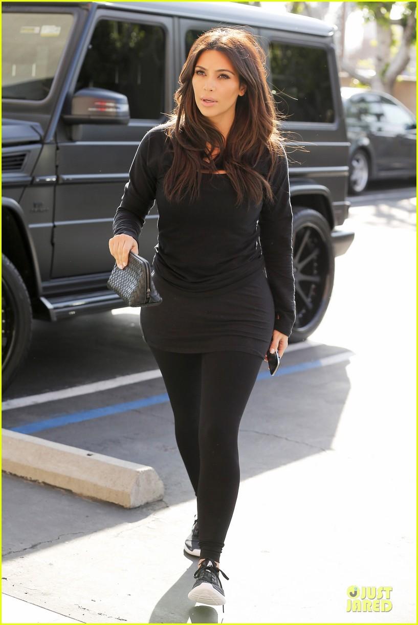 kim kardashian makes a very dark entrance at production office 013066127
