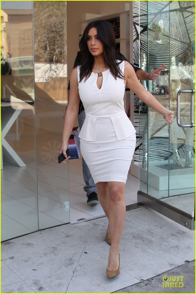 kim kardashian checks on dash store 033073474