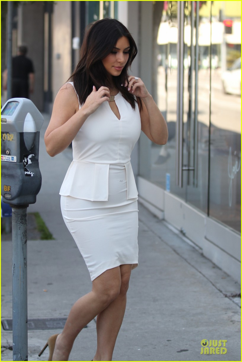 kim kardashian checks on dash store 043073475