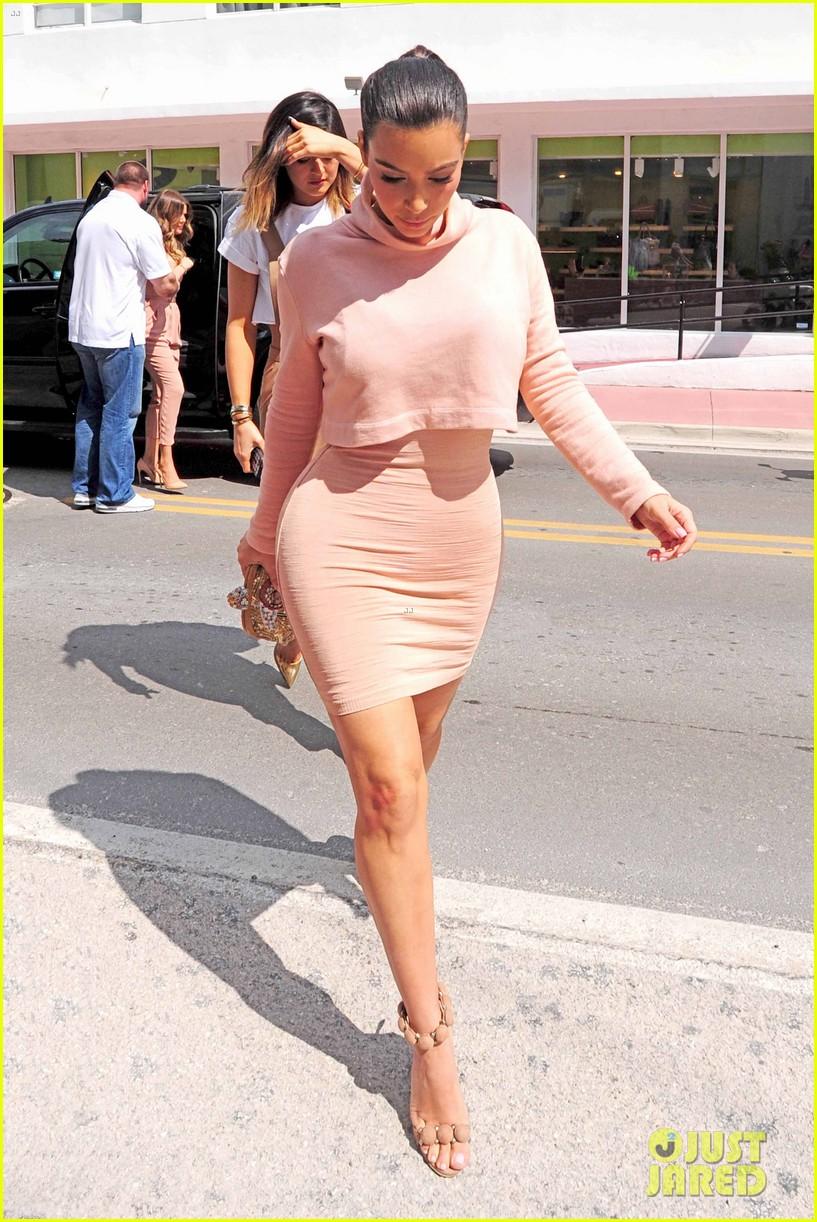 kim kardashian steals kylie jenners bikini 093070666