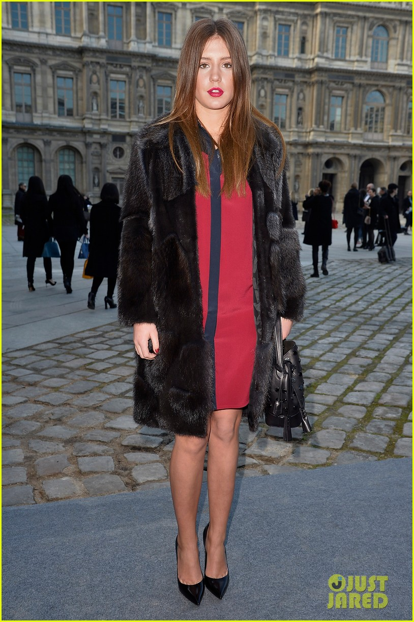 kate mara nicola peltz louis vuitton fashion show 013066490