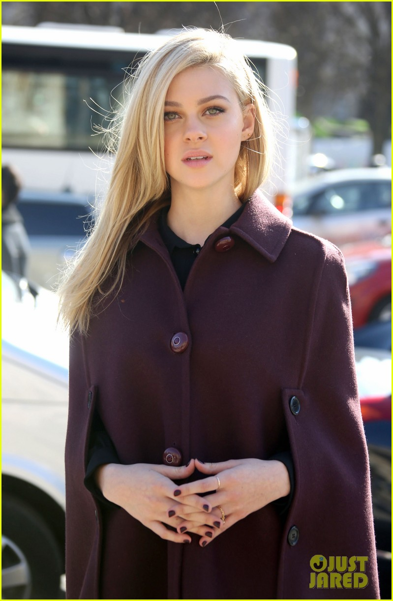 kate mara nicola peltz louis vuitton fashion show 08