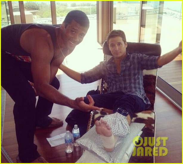 kevin connolly breaks leg while playing football with russell wilson 033078384