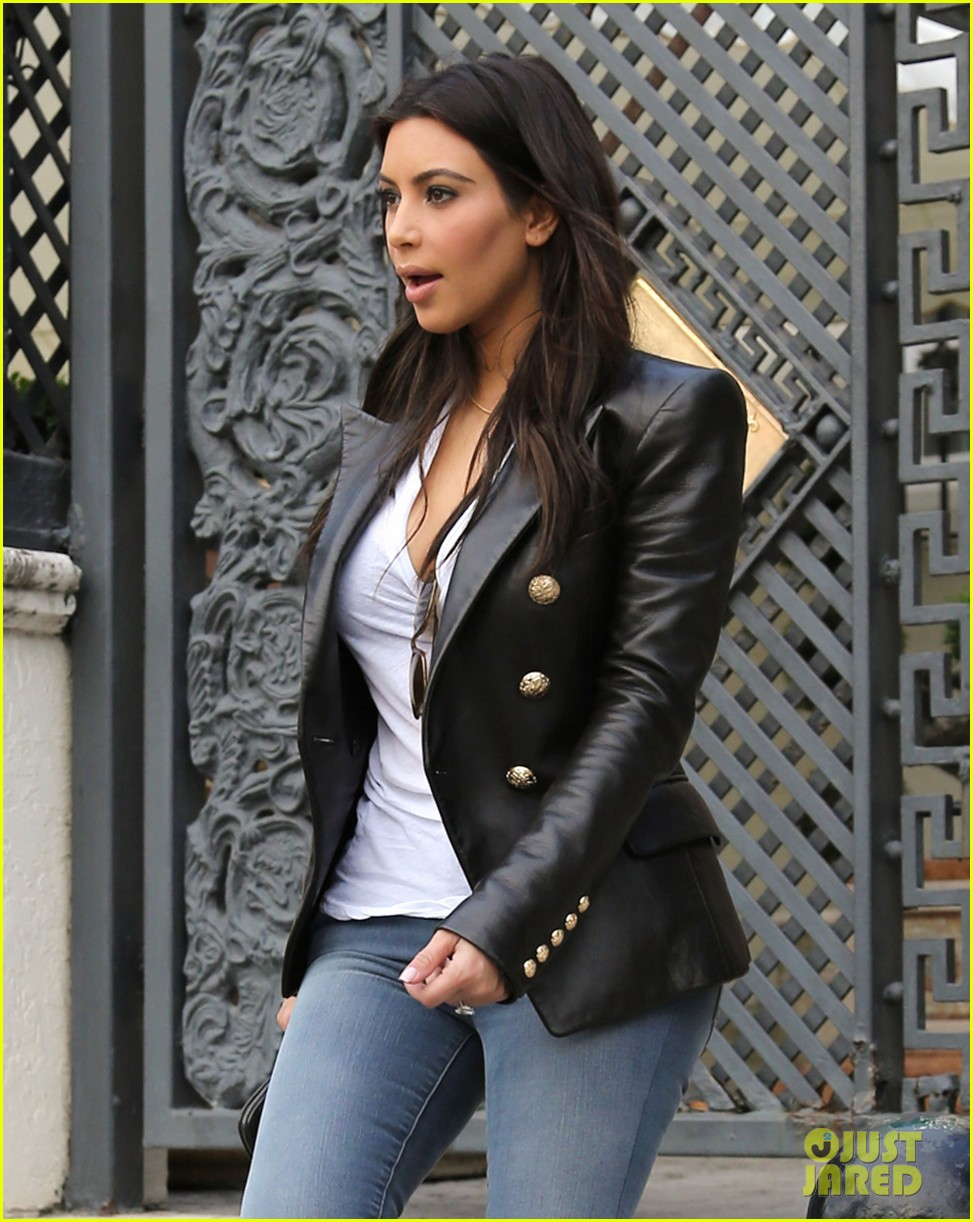 kim kardashian greets lucky fans camped out to meet her 063071087