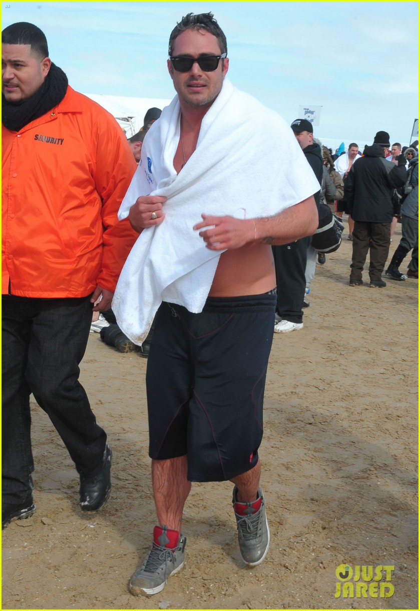 taylor kinney goes shirtless for polar plunge in chicago 013064992