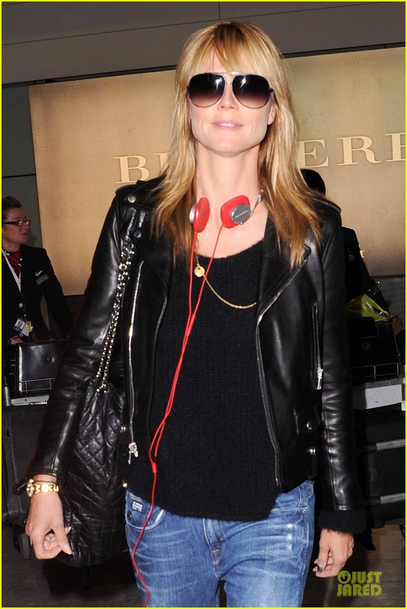 heidi klum stands out with red headphones 02