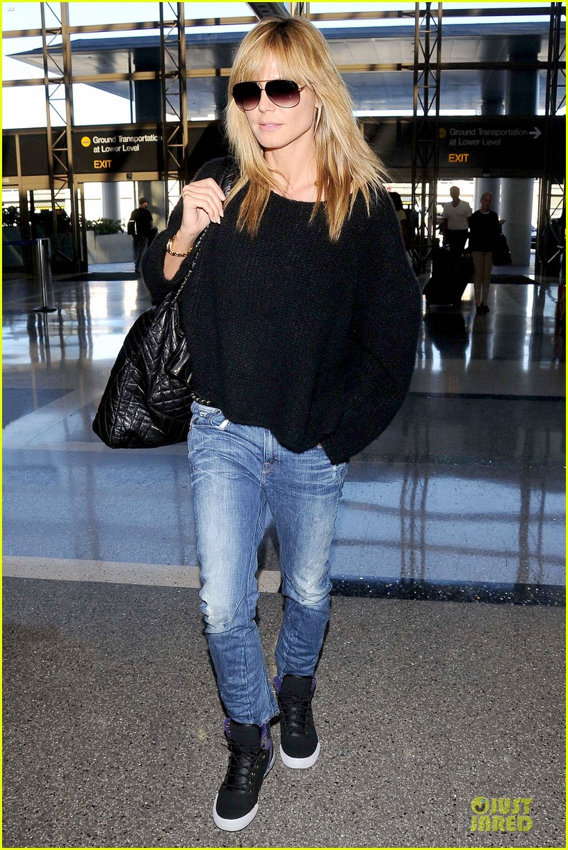 heidi klum stands out with red headphones 033070038