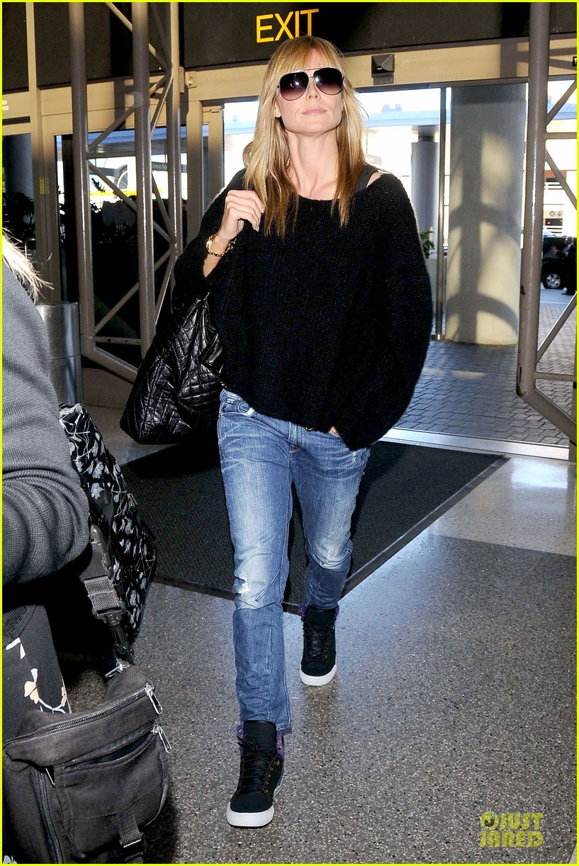 heidi klum stands out with red headphones 123070047