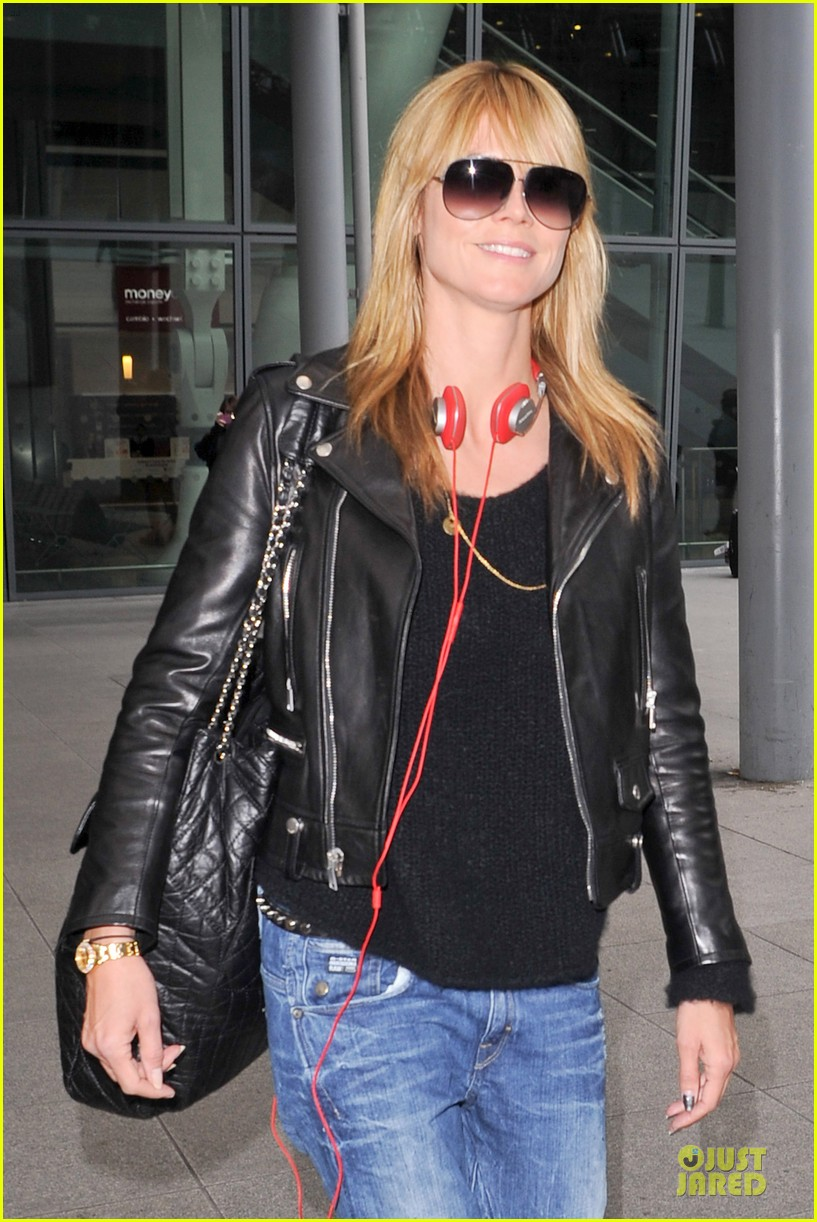 heidi klum stands out with red headphones 143070049