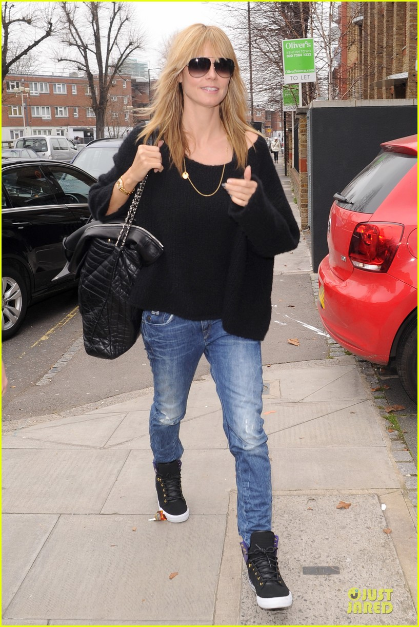 heidi klum stands out with red headphones 173070052
