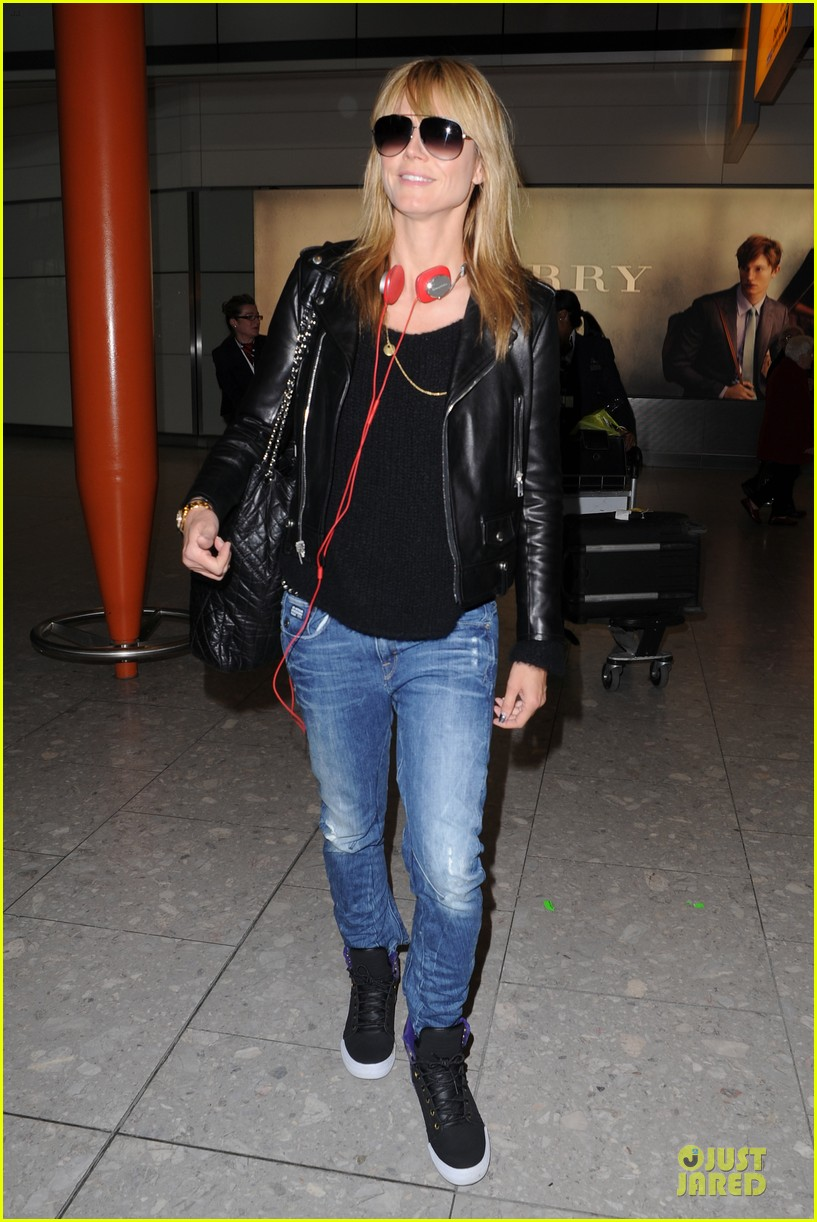 heidi klum stands out with red headphones 203070055