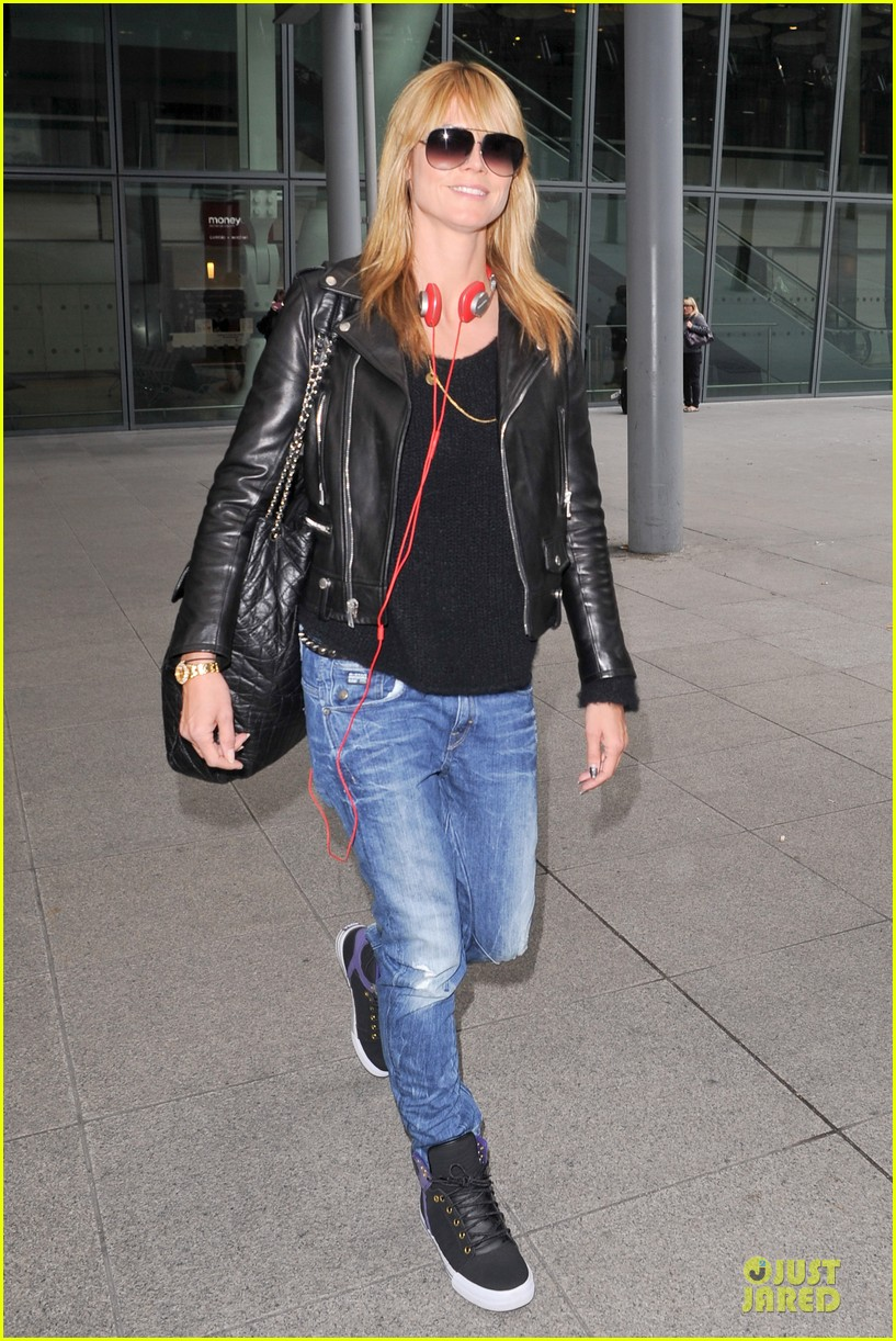 heidi klum stands out with red headphones 213070056