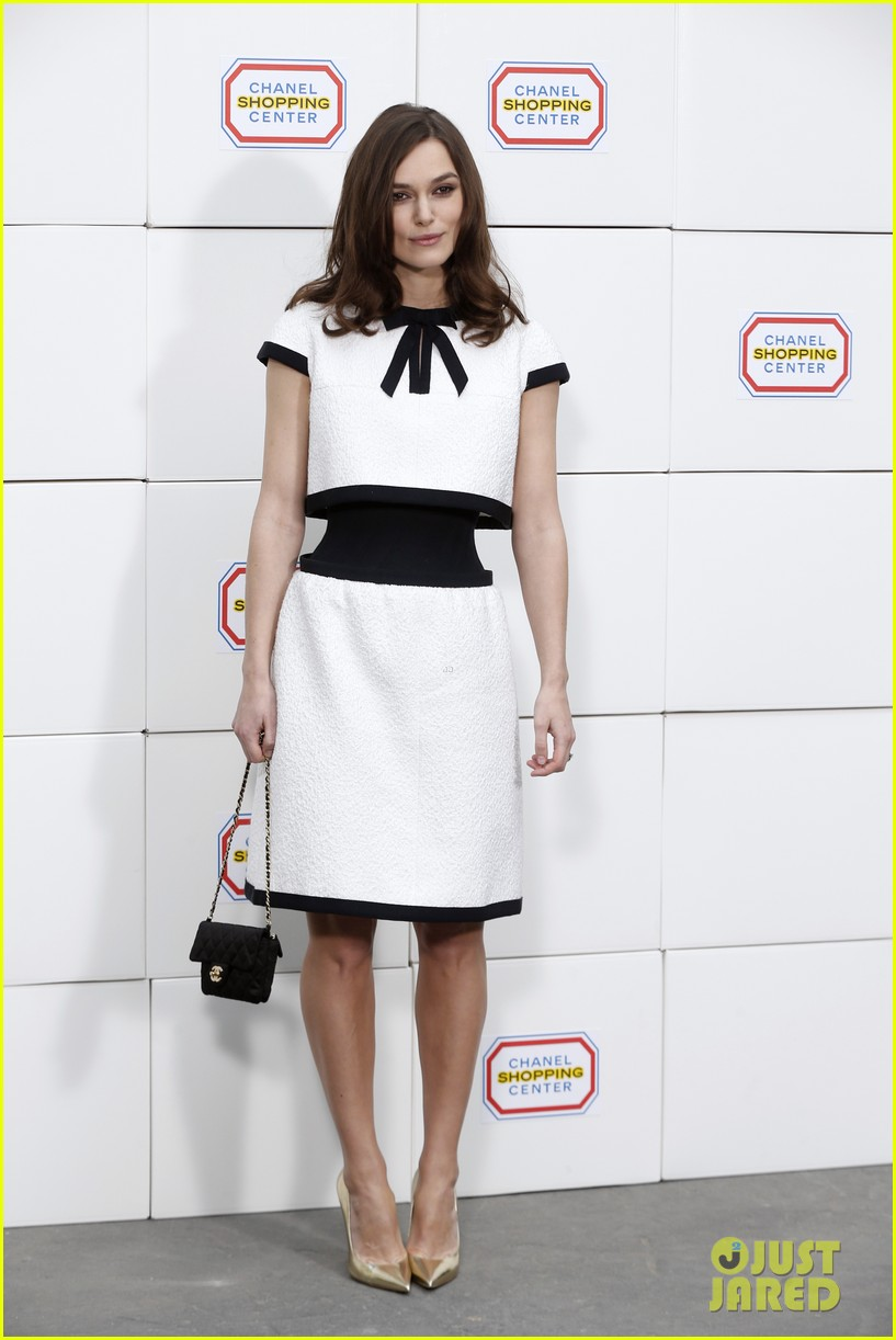 keira knightley reveals her tiny waist at chanel fashion show 05