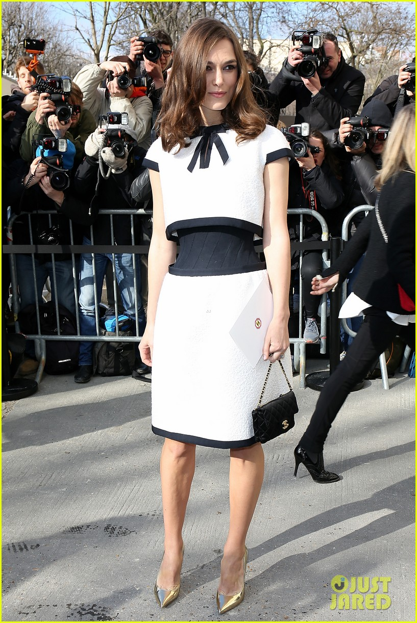 keira knightley reveals her tiny waist at chanel fashion show 063065894