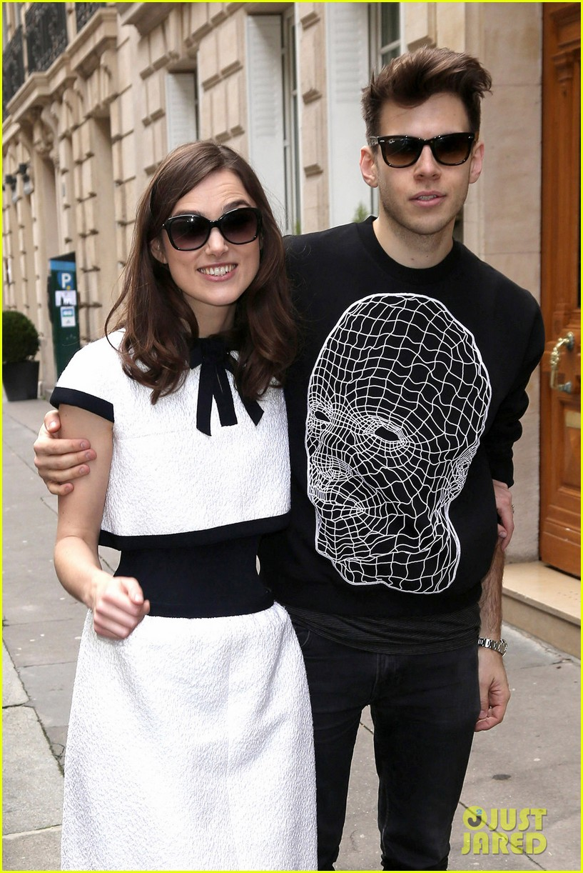 keira knightley reveals her tiny waist at chanel fashion show 073065895