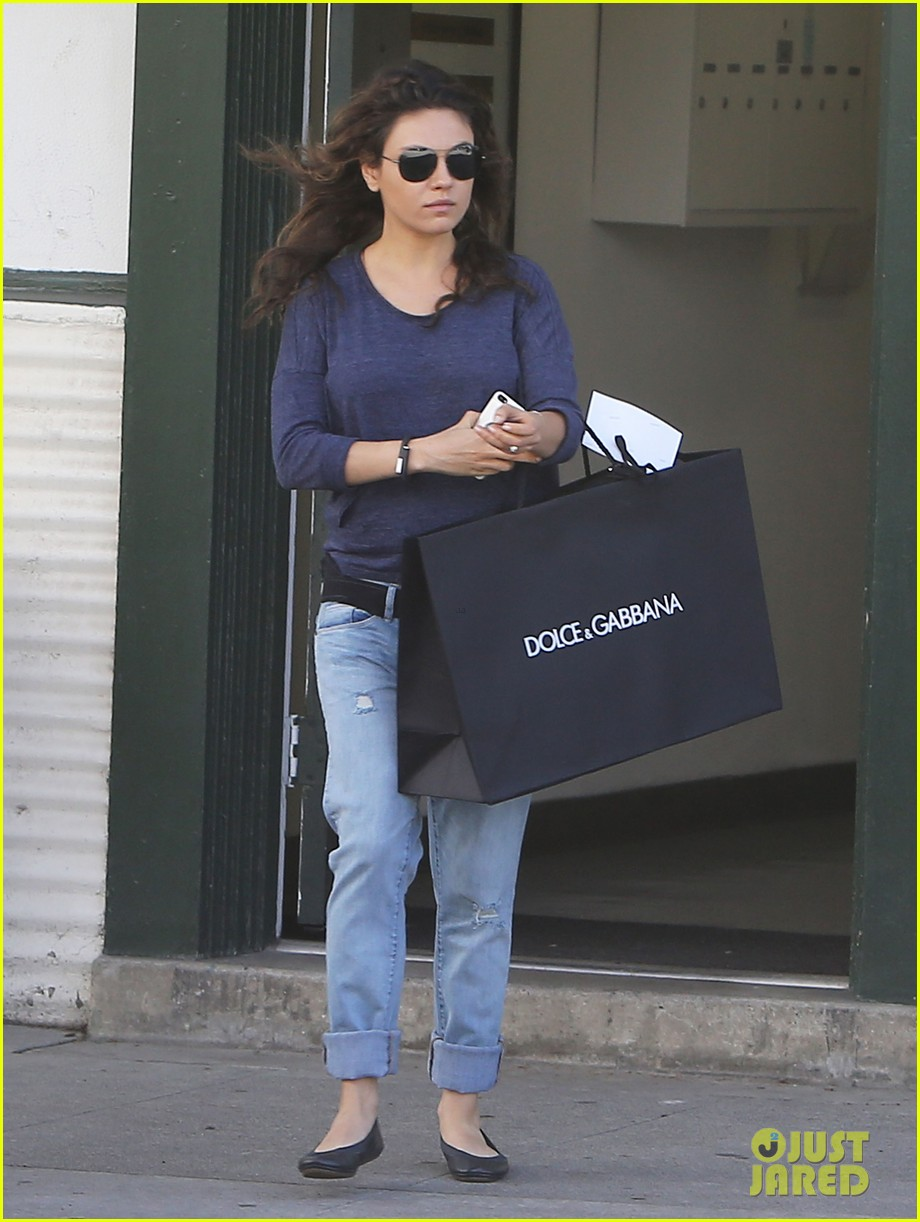 mila kunis steps out after pregnancy news 013079025