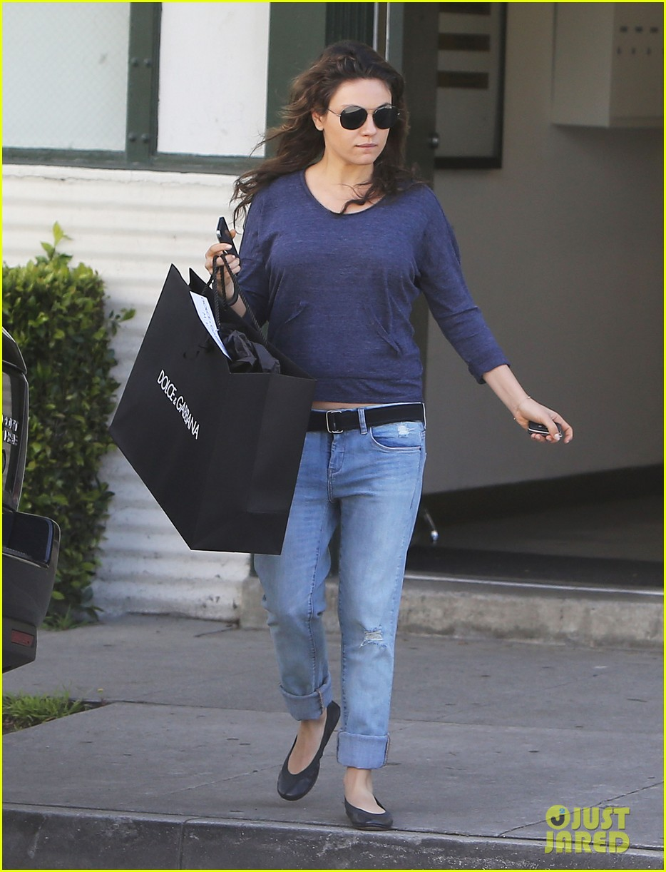 mila kunis steps out after pregnancy news 093079033