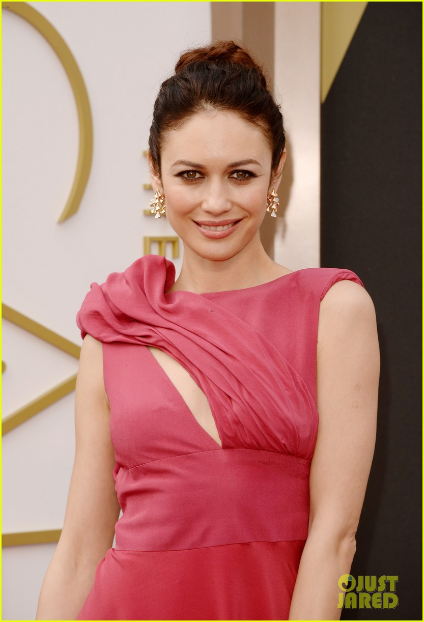 olga kurylenko wears eco fashion on oscars 2014 red carpet 03