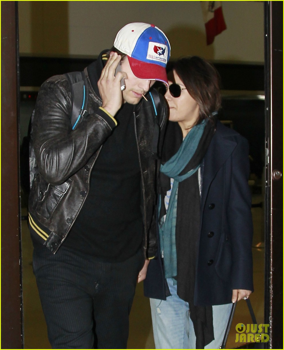 mila kunis ashton kutcher arrive home from iowa 023082120