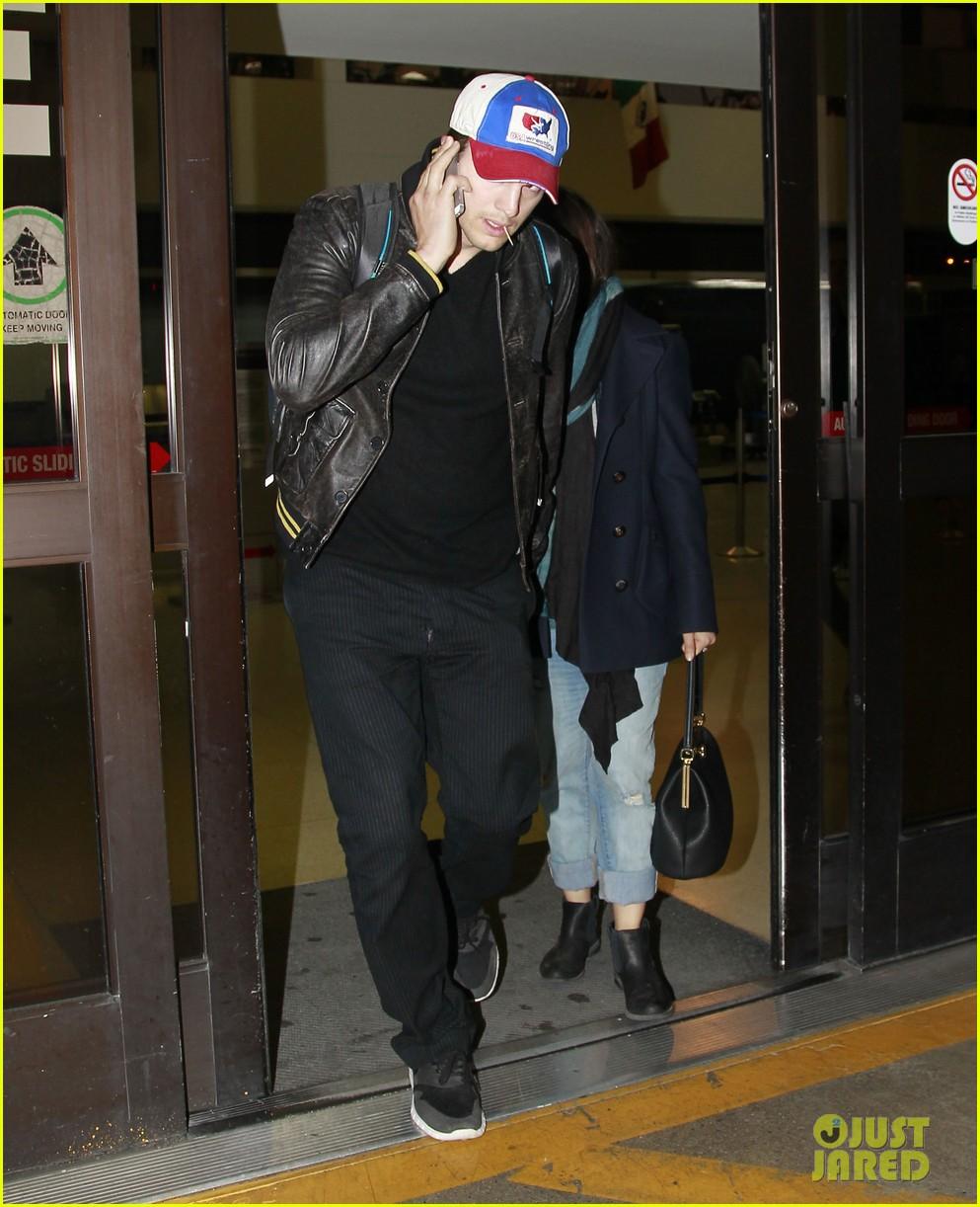 mila kunis ashton kutcher arrive home from iowa 033082121