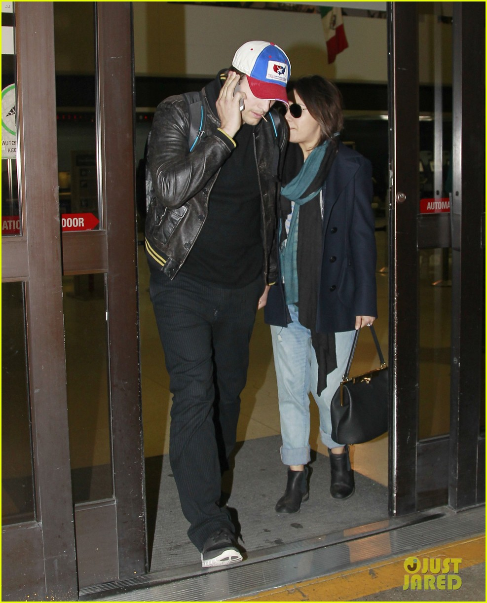 mila kunis ashton kutcher arrive home from iowa 053082123